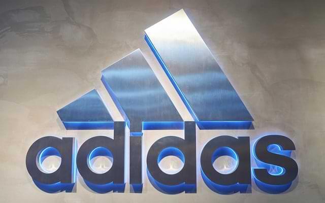 Logo beleuchtet Wand